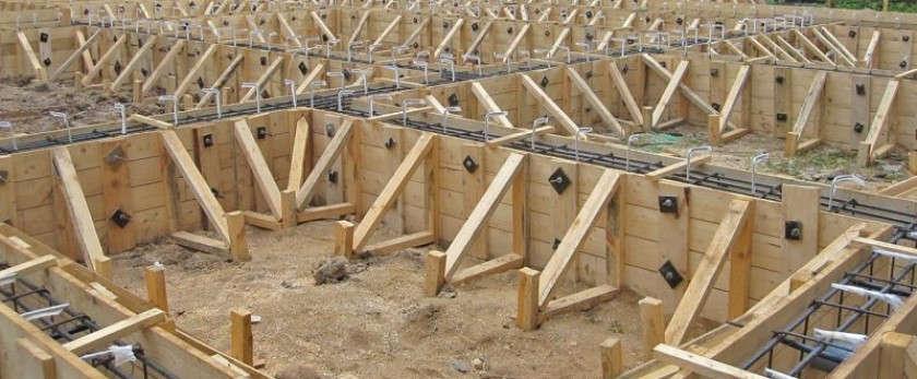 Монтаж опалубки под ленточный фундамент