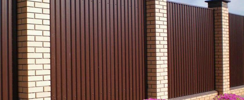Как правильно построить забор из профнастила — пошаговая инструкция