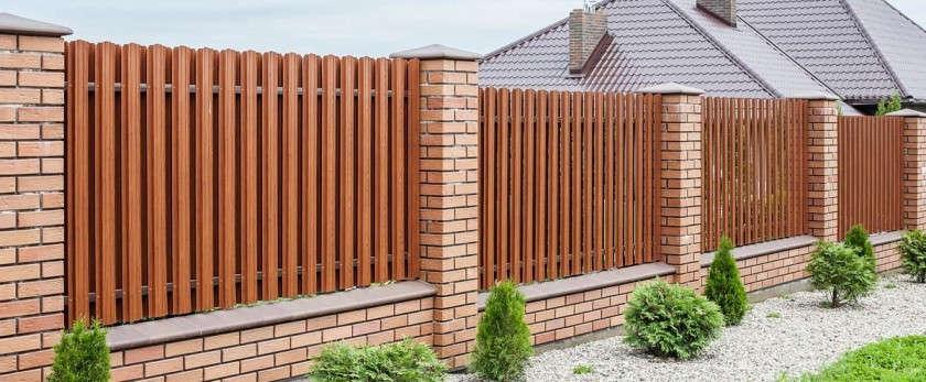 Как установить забор из металлического штакетника для дачи