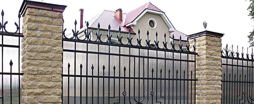 Кованый забор с поликарбонатом: монтаж, фото и видео