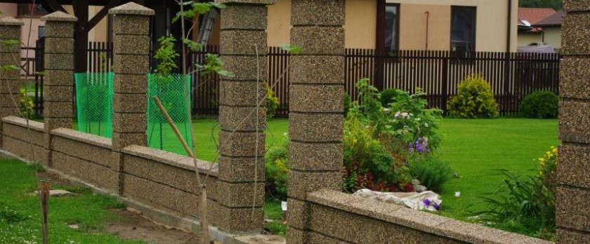 Установка бетонных столбов для забора
